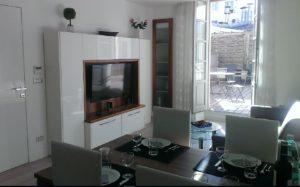 stue-med-spisebord-tv-og-terrasse